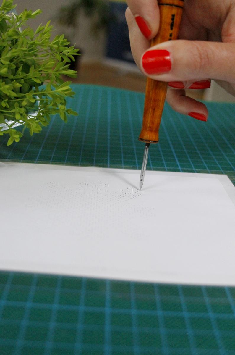 Tõstamaa roositud kindakiri. Mustri jaoks aukude paberisse torkimine